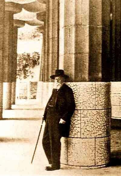 Eusebi Güell all'interno della Sala Hipóstila ritratto per la rivista La Esfera 31 luglio 1915